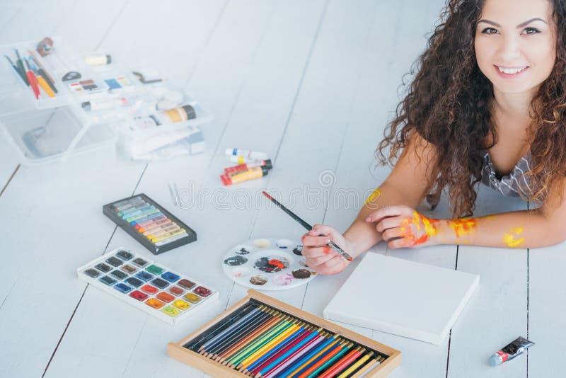 Signora di svago di hobby di arte ha colorato l'acquerello delle matite fotografia stock libera da diritti