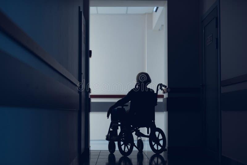 Signora disattivata sta visitando l'ospedale per il controllo fotografia stock