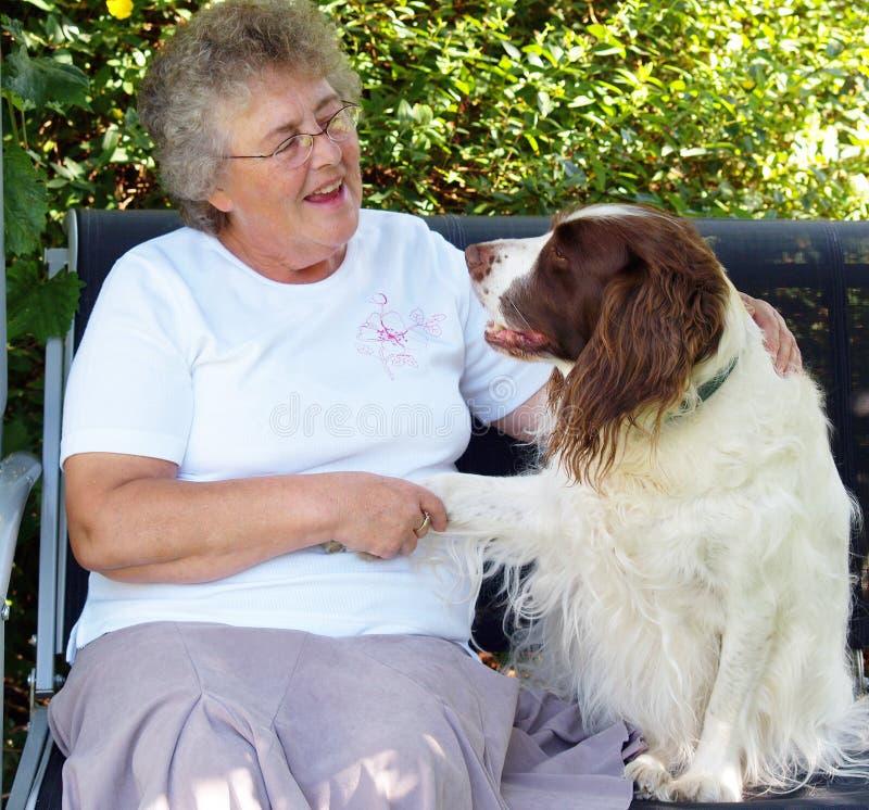 Signora e cane immagine stock