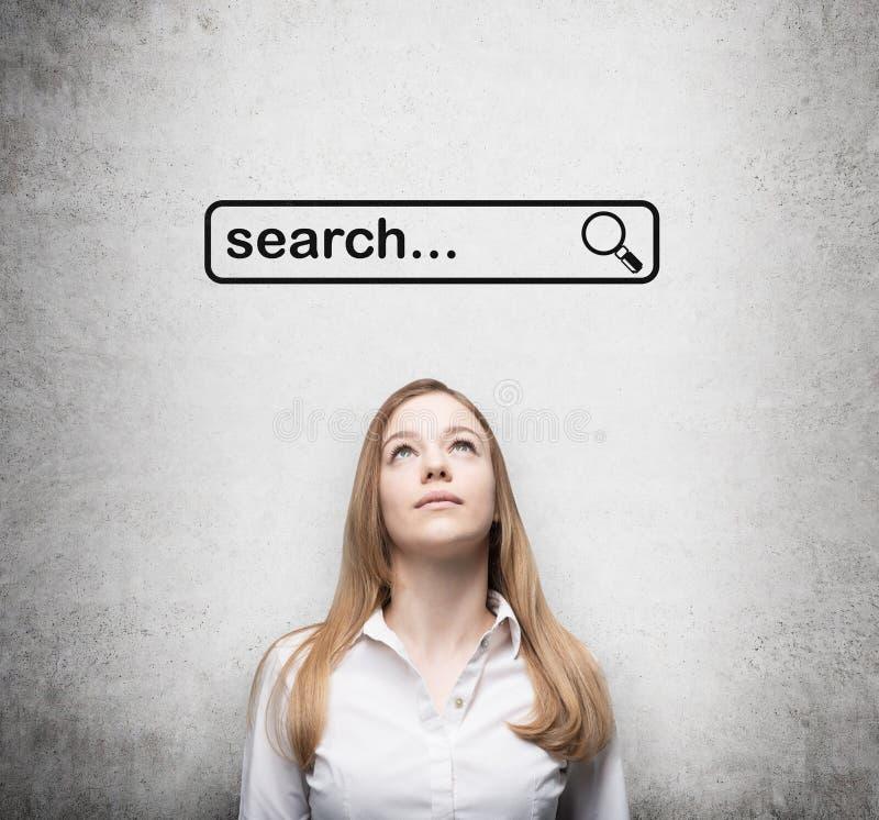Signora e un concetto di una lettura rapida in Internet Cercando la linea sono attinti il muro di cemento sopra la signora fotografie stock