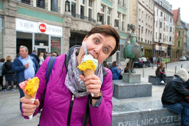 Signora eccitata per il gelato immagine stock