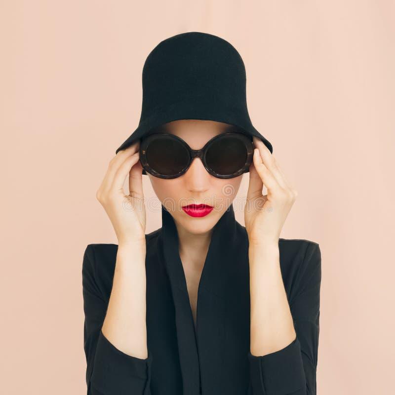 Signora elegante in un cappello alla moda fotografia stock