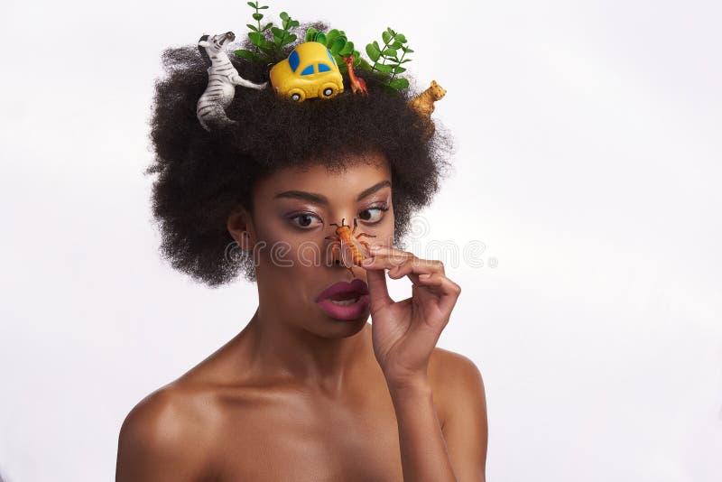 Signora etnica colpita con l'ape sul suo naso fotografia stock libera da diritti