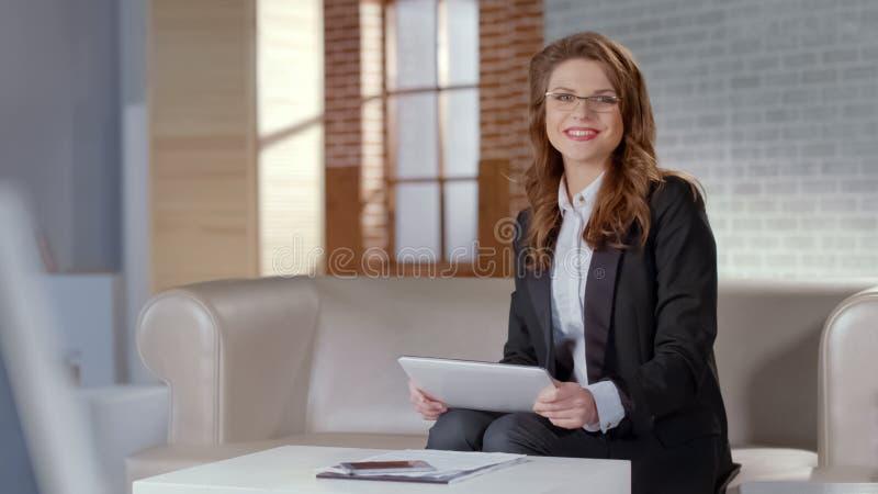 Signora felice in compressa della tenuta di vetro, annuncio dei corsi online, istruzione a distanza fotografie stock