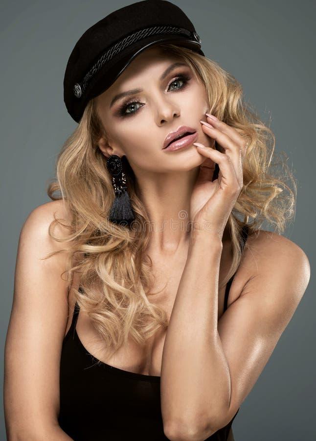 Signora francese di stile che posa in berretto nero fotografia stock libera da diritti