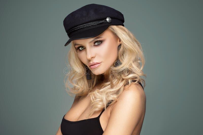 Signora francese di stile che posa in berretto nero immagini stock