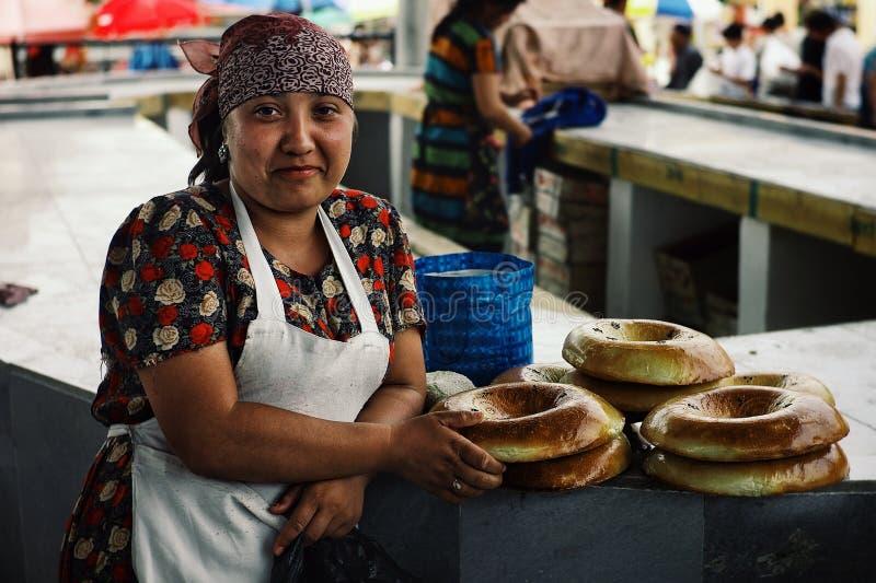 Signora gentile che vende pane piano locale al mercato degli agricoltori fotografia stock libera da diritti