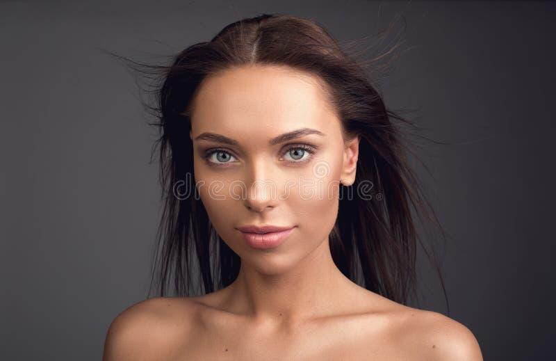 Signora governata con il flusso continuo dei capelli fotografie stock