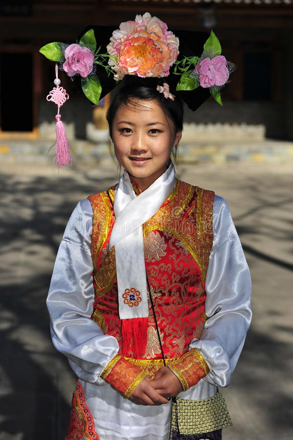Signora graziosa della minoranza etnica dell'uomo, il Yunnan, Cina fotografia stock
