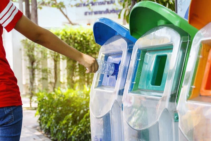 Signora ha messo i rifiuti in rifiuti tramite la classificazione di immondizia fotografie stock libere da diritti