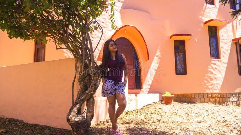 Signora indiana che posa davanti alla villa della giungla sulle feste di fine settimana fotografie stock