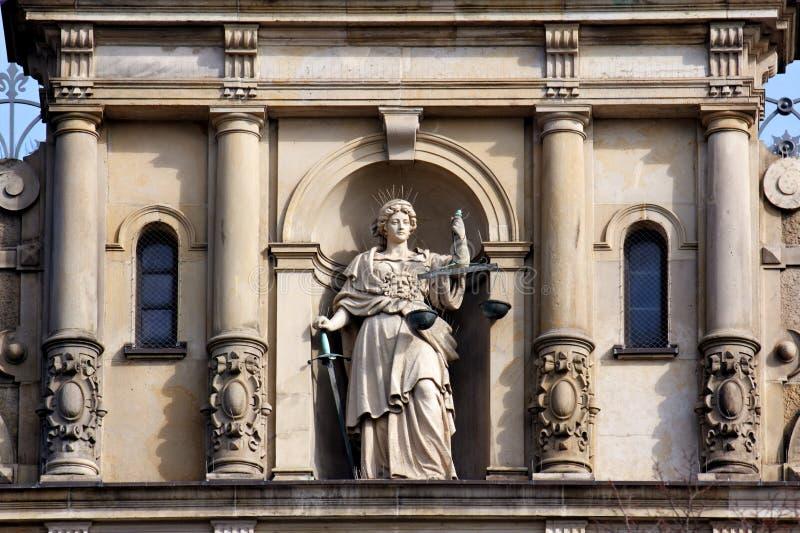 Signora Justice con la scala e la spada fotografia stock libera da diritti