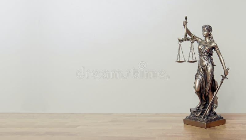 Signora Justice Statue su una tavola fotografia stock libera da diritti