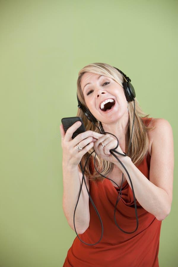 Signora Listens To Music immagini stock libere da diritti