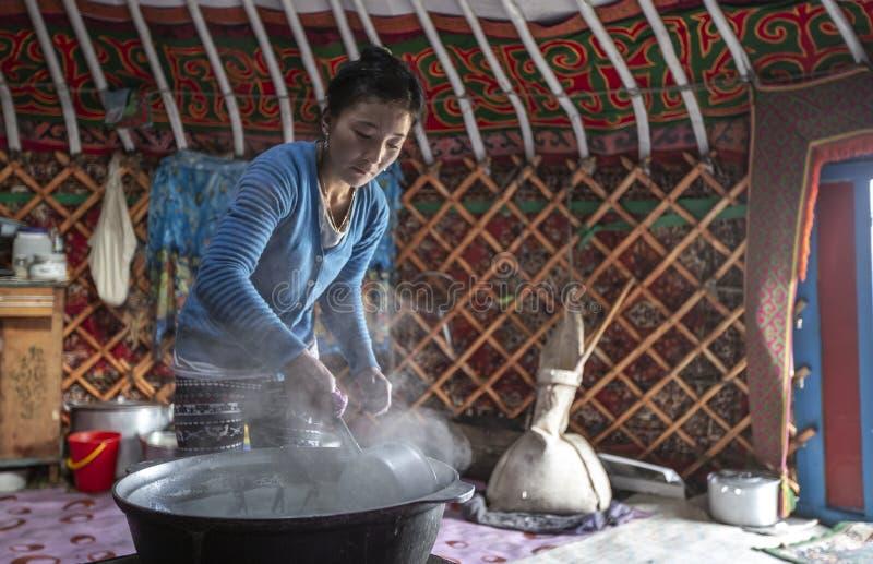 Signora mongola del nomade che cucina nella sua cucina immagini stock