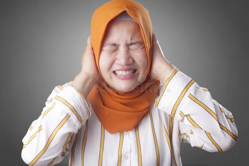 Signora musulmana asiatica Close Her Ears fotografia stock libera da diritti