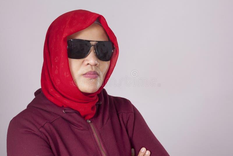 Signora musulmana dura nel rosso fotografia stock libera da diritti
