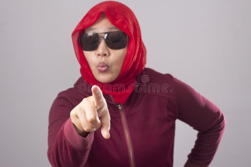 Signora musulmana nell'indicare rosso di andata la macchina fotografica come scelta voi concetto fotografia stock