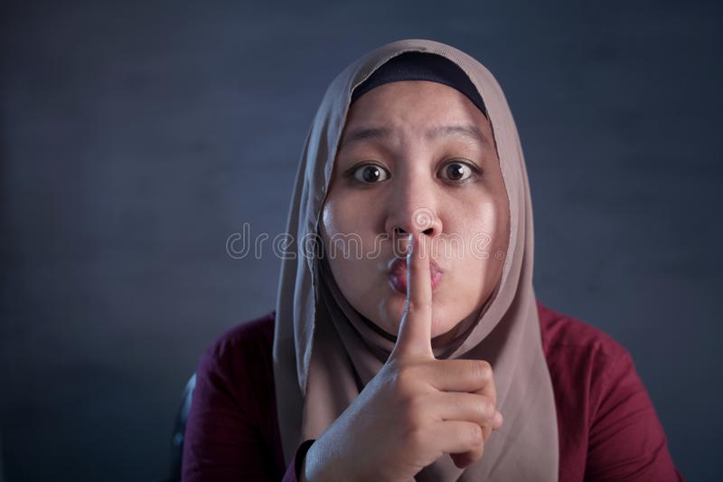 Signora musulmana Shushing Gesture fotografie stock libere da diritti