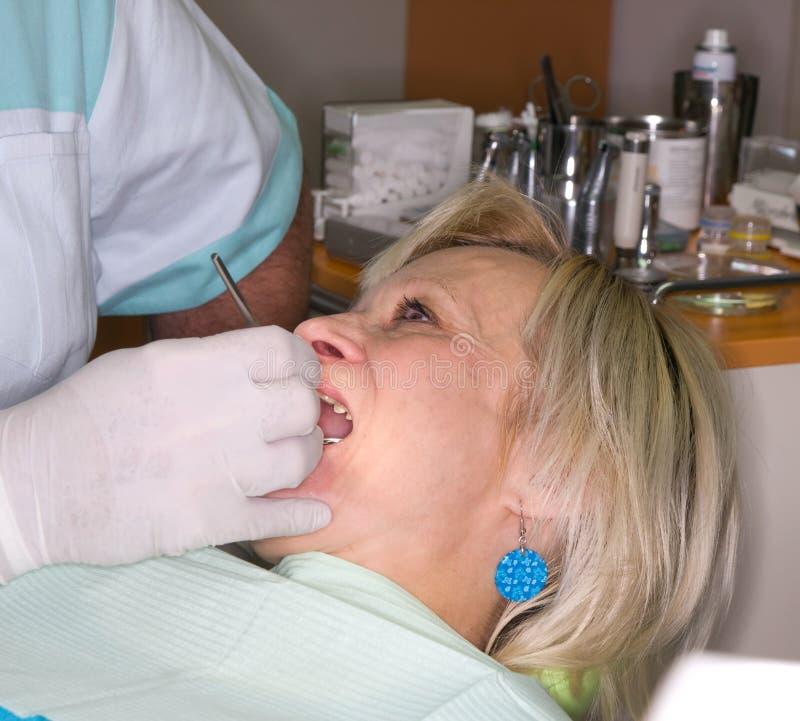 Signora nell'esame dentale fotografia stock