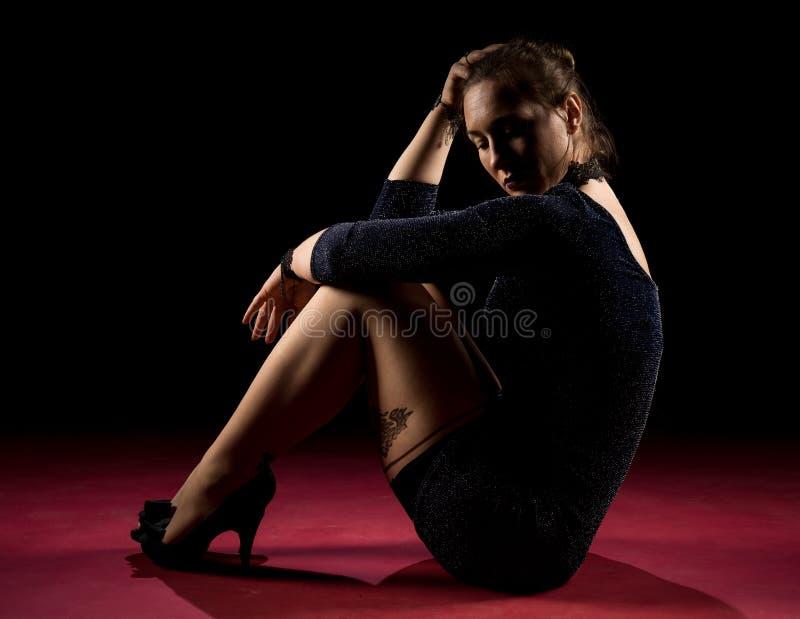 Signora nella condizione blu dell'abito e posare nello studio Ritratto di bella donna elegante in vestito da sera brillante immagini stock libere da diritti