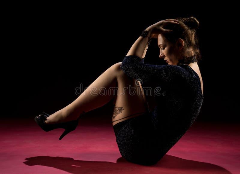 Signora nella condizione blu dell'abito e posare nello studio Ritratto di bella donna elegante in vestito da sera brillante fotografia stock libera da diritti