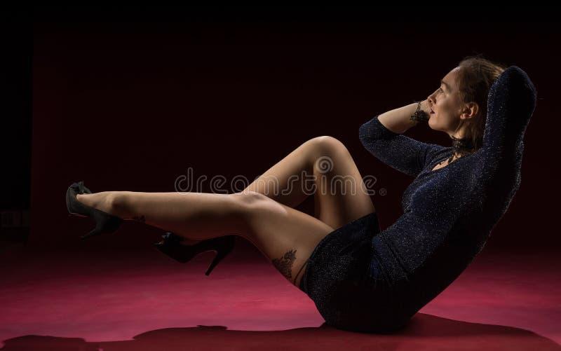 Signora nella condizione blu dell'abito e posare nello studio Ritratto di bella donna elegante in vestito da sera brillante immagine stock libera da diritti