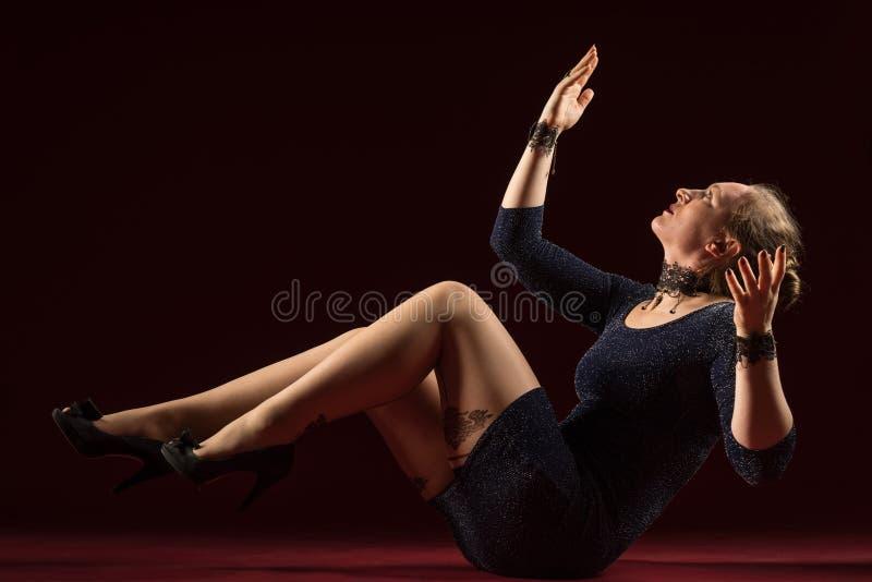 Signora nella condizione blu dell'abito e posare nello studio Ritratto di bella donna elegante in vestito da sera brillante fotografia stock