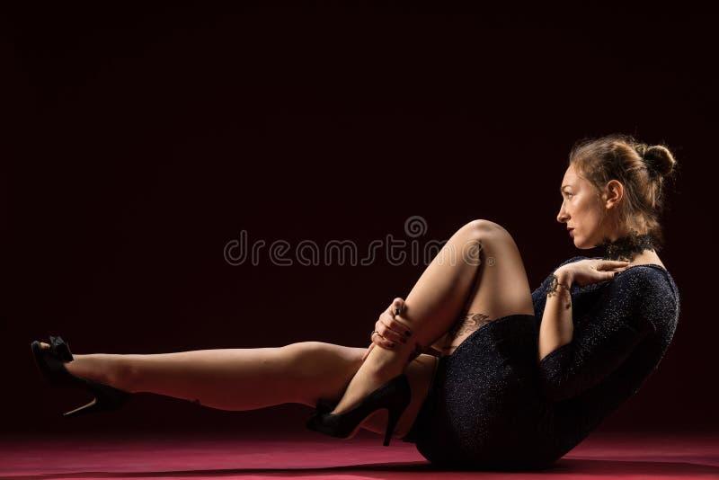 Signora nella condizione blu dell'abito e posare nello studio Ritratto di bella donna elegante in vestito da sera brillante immagini stock