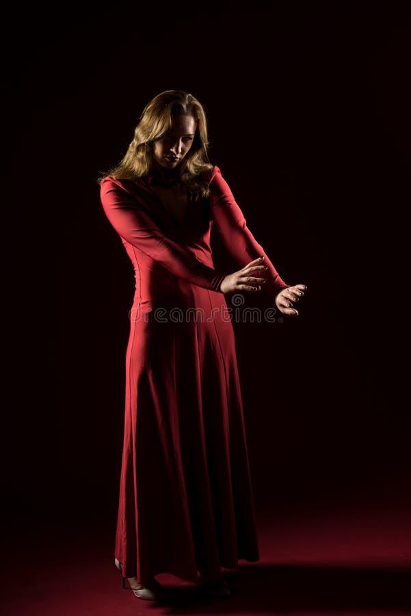 Signora nella condizione rossa dell'abito e posare nello studio Ritratto di bella donna elegante in vestito da sera immagini stock libere da diritti