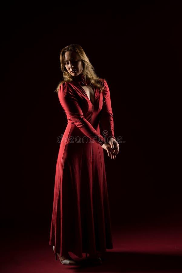 Signora nella condizione rossa dell'abito e posare nello studio Ritratto di bella donna elegante in vestito da sera immagini stock