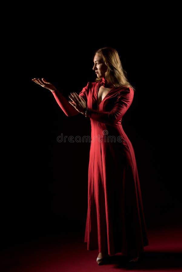 Signora nella condizione rossa dell'abito e posare nello studio Ritratto di bella donna elegante in vestito da sera fotografia stock