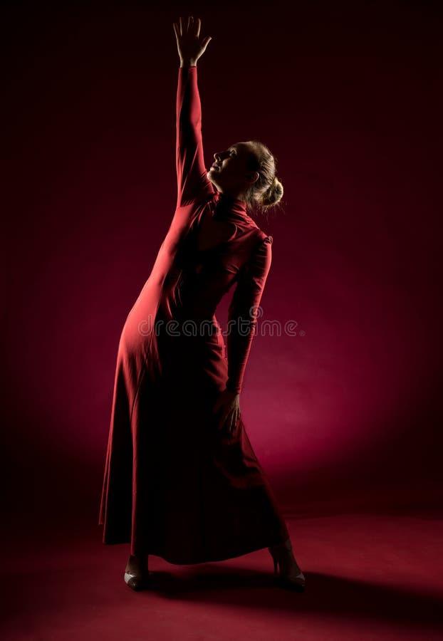 Signora nella condizione rossa dell'abito e posare nello studio Ritratto di bella donna elegante in vestito da sera fotografia stock libera da diritti