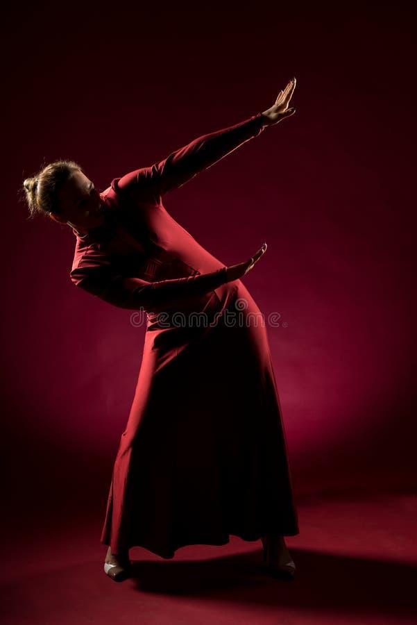 Signora nella condizione rossa dell'abito e posare nello studio Ritratto di bella donna elegante in vestito da sera fotografie stock