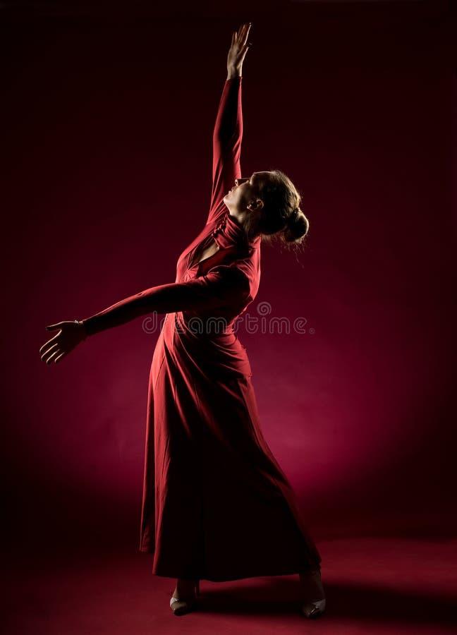 Signora nella condizione rossa dell'abito e posare nello studio Ritratto di bella donna elegante in vestito da sera immagine stock
