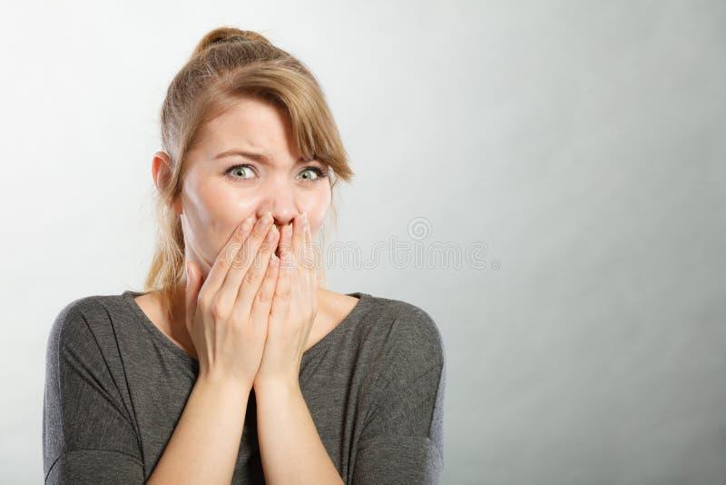Signora nervosa che esprime timore immagini stock