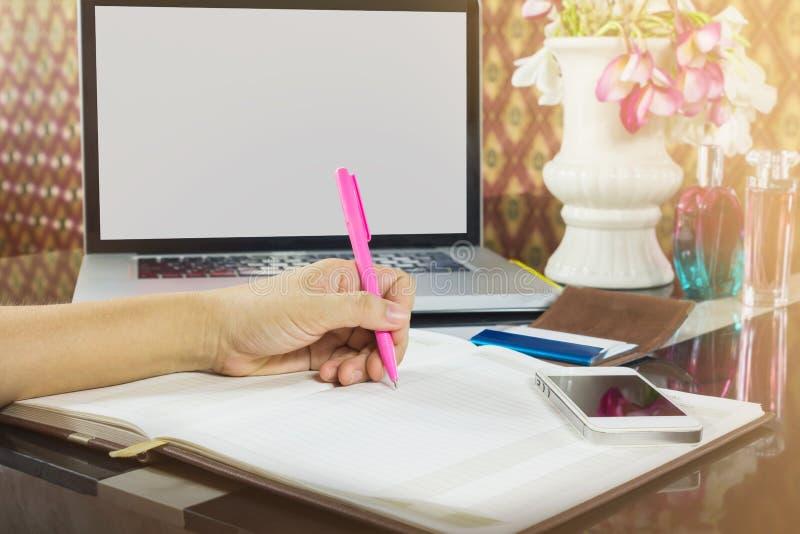 Signora o la mano e la penna della ragazza annotano sul taccuino in bianco con il emp fotografie stock libere da diritti