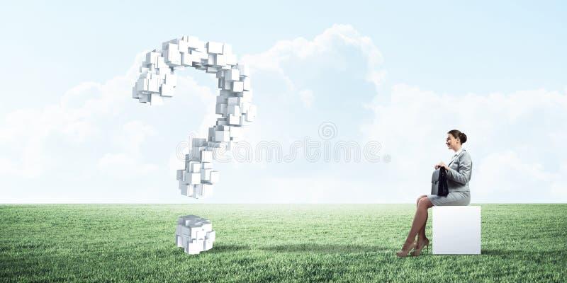 Signora o ragioniere attraente di affari all'aperto sulla scatola bianca fotografia stock libera da diritti