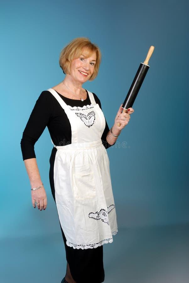 Signora più anziana attraente con il perno di rotolamento fotografia stock libera da diritti