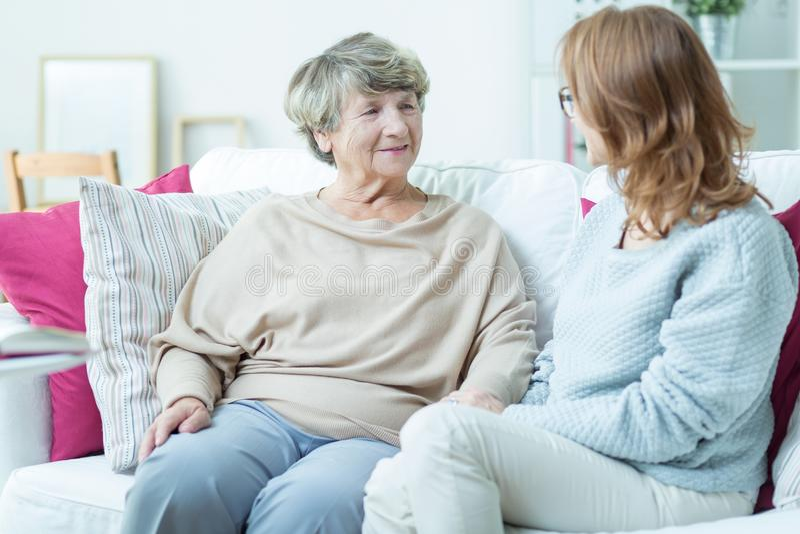 Signora più anziana con il badante immagini stock
