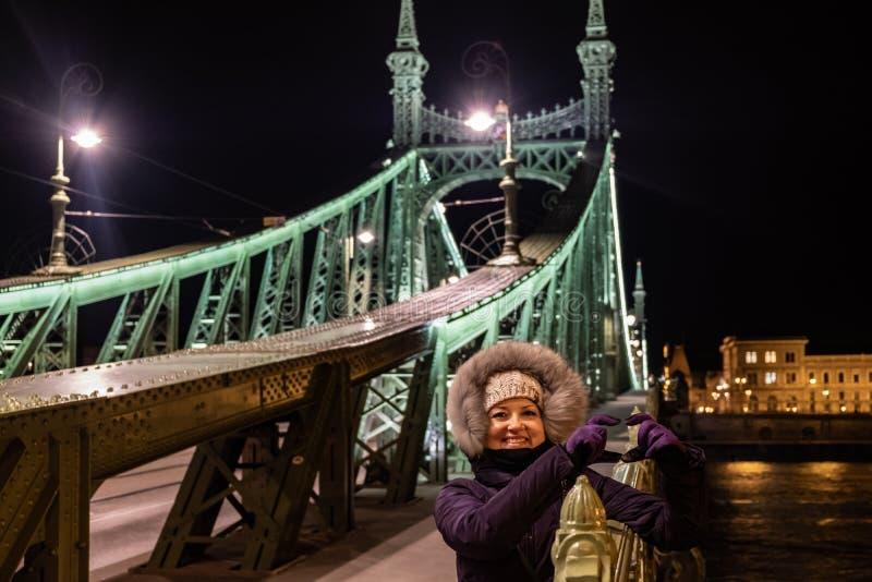 Signora piacevole sul ponte di libertà, Budapest fotografia stock libera da diritti
