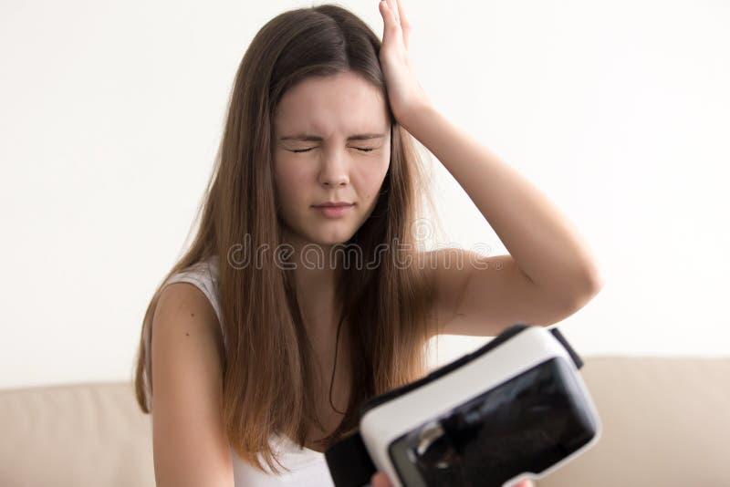 Signora ritiene le vertigini dopo avere usando i vetri di VR fotografie stock libere da diritti
