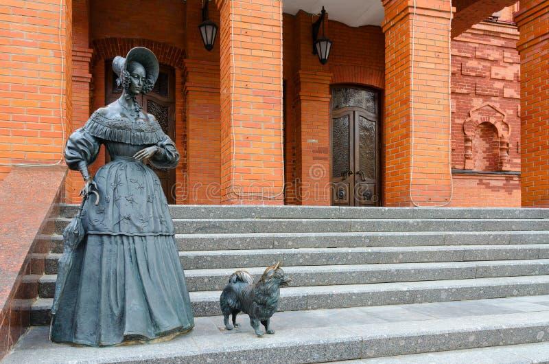 Signora scultorea della composizione con il cane vicino al teatro regionale di dramma, Mogilev, Bielorussia immagini stock libere da diritti
