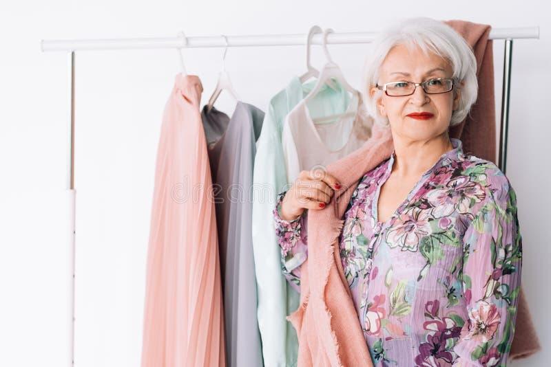 Signora senior lavora il successo di affari del boutique di modo fotografia stock