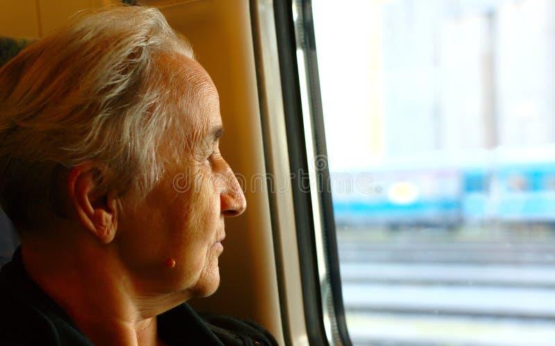 Signora senior Travelling With Train immagini stock