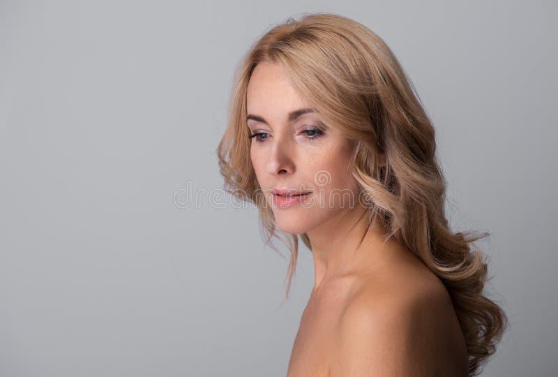 Signora sensuale sta posando meditatamente fotografia stock libera da diritti