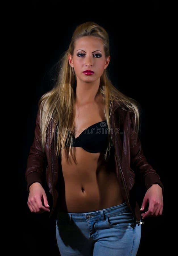 Signora sexy in reggiseno e jeans fotografia stock