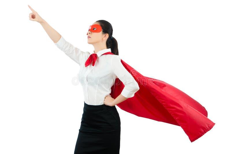 Signora si agghinda come un supereroe ed indicare su fotografia stock libera da diritti