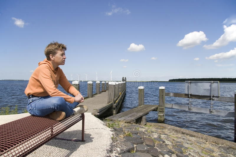 Signora si siede su un banco nel Eemmeer Spakenburg - Bunschoten fotografie stock