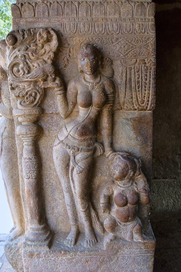 Signora snella in una posizione adorabile Mandapa di Nandi, tempio di Virupaksha fotografie stock libere da diritti
